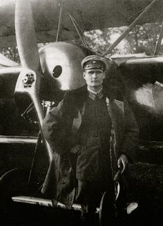 Second Lieutenant Hess of the Reserve Flying Corps poses in front of a Fokker Dr. I Dreidecker near the Western front, November World War One, First World, Fokker Dr1, Manfred Von Richthofen, Ww1 History, Aviation Theme, Berlin, Air Festival, The Third Reich