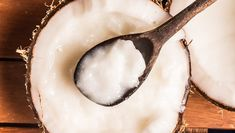 Coconut oil contains lauric acid that fights the production of yeast, which can cause inflammation. The oil has antioxidant properties that prevent cell damage and help repair itchy or dry skin.