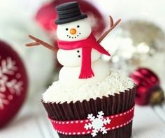 christmas cupcakes Here are 7 adorable snowman cupcake ideas. examples for all your cute Christmas cupcake creations! Snowman Cake, Snowman Cupcakes, Holiday Cupcakes, Yummy Cupcakes, Holiday Treats, Vanilla Cupcakes, Icing Cupcakes, Thanksgiving Cupcakes, Disney Cupcakes