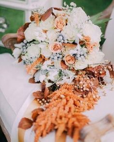 This floral bouquet really caught our hearts with its beautiful arrangement of soft and subtle choice of color! Swooning over with the sets of bloom in soft hues that builds a romantic and amorous nuance while the additional flowers in copper shade definitely gives the perfect balance to the whole design. Love this as much as we do? Double tap and share your thoughts with us!  Photography @christinaemiliephoto / Venue @rusticacresfarm / Event Designer and Flower @garnisheventdesign…