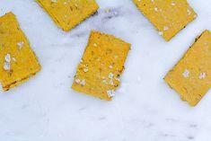 GALLETAS SALADAS O CRACKERS 100% VEGANOS Y SIN GLUTEN Sin Gluten, Napkins, Tableware, Pretzels, Gram Flour, Cookie Recipes, Vegans, Fairy Cakes, Glutenfree