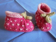 DIY: 13 slippers for small toes - Small strawberries Knitted Booties, Knit Boots, Slippers For Girls, Baby Slippers, Knit Baby Shoes, Baby Booties, Preemie Crochet, Knit Crochet, Bebe Baby