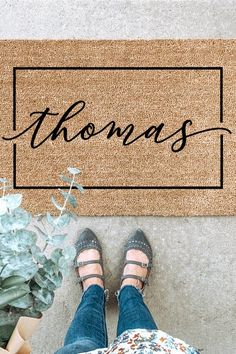 Freshen your entryway with a beautiful custom welcome mat. This mat makes a wonderful wedding gift, realtor closing gift, housewarming, or any occasion! Each doormat is personalized with the name or saying of your choice. Handmade Home, Handmade Gifts, Porch Makeover, Best Shakes, Coir Doormat, Personalized Door Mats, Fall Door, Welcome Mats, Circle Design