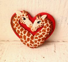 Giraffe-Valentine-Brosche von Raquel an der WRC-Hand von theWRC