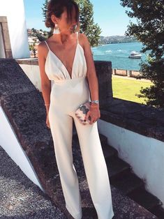 Jumpsuits are easy to both style and wear. This cream jumpsuit is perfect for a casual dinner date but can transition to a more formal occasion with statement accessories. Outfit Chic, Elegant Outfit, Street Style Outfits, Fashion Outfits, Fashion Clothes, Elegante Jumpsuits, Classy Outfits, Cute Outfits, Cream Jumpsuit
