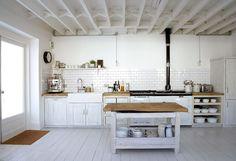 Resultado de imagen para cocinas con mesadas de madera
