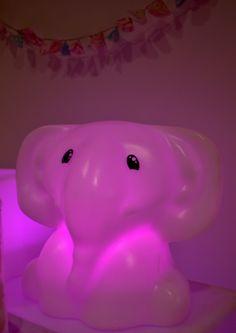 Le damos la bienvenida a nuestro elefantito luminoso #decoled #ambientación #eventosinfantiles #elefanteled