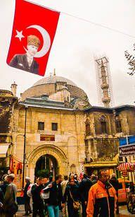 Ein Blick auf Istanbuls Straßen mit türkischer Fahne