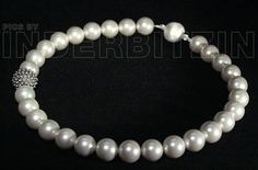 ROMEA GREY. Halskette aus grauen Muschelkernperlen, auf Perlenseide geknüpft. Igelkugel & magnetischer Verschluss, Sterlingsilber 925.