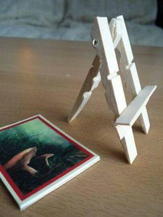 kaartenhouder / standaard van wasknijpers, leuk voor kaart of foto /// Turn old clothes pegs and popsicle sticks into a mini easel to hold mini works of art. Popsicle Stick Crafts, Popsicle Sticks, Craft Stick Crafts, Wood Crafts, Fun Crafts, Diy And Crafts, Crafts For Kids, Paper Crafts, Clothespin Crafts