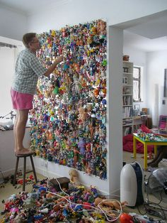 Have you always been the creative side?Your job may not let you using your creative side.That make the hobby of arts and crafts as an outlet for you. Recycled Art Projects, Craft Projects, Michael Wolf, Instalation Art, Wolf Photography, People Photography, Trash Art, Ideias Diy, Assemblage Art