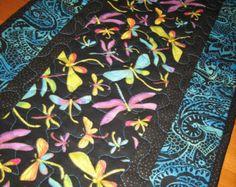 Corredor de la tabla acolchada azul verdes libélulas de color rosa en la decoración de la mesa hecha a mano de negro Paisley azul