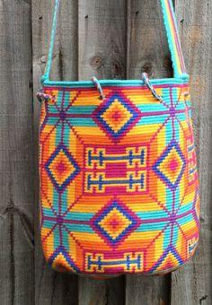 Authentic Wayuu Mochila from LaGuajira, una hebra/one thread tecnique in…