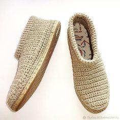 Мужские ботинки связаны из натуральной пряжи лен-хлопок. Цена: 3800 руб. Ваши ноги будут дышать в жаркую погоду и прохладным вечером им не будет холодно. Мягкая стелька ручной работы создаст уют и комфорт. Стелька съемная - при необходимости её можно вынуть и постирать отдельно от ботинок. Подошва из прочного современного материала. Knit Shoes, Sock Shoes, Flip Flop Sandals, Shoes Sandals, Crochet Boots, Knitted Slippers, Christian Louboutin, Espadrilles, Footwear