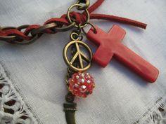 pulsera de cadena y gamuza con el signo de la paz y una cruz