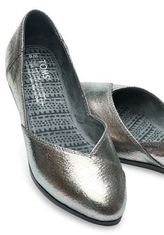 These flattering metallic flats are easy to slip on and are perfect for casual days that call for a dash of flair.