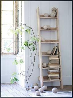 INSPIRATION DECO. Une idée que j'adore et que j'ai adoptée pour ranger mes serviettes de bains et mes foulards : les échelles... Et oui, une échelle peut servir de portant, c'est élégant, ça ne prend pas de place et c'est une idée originale. En bambou, en bois flotté ou bois de
