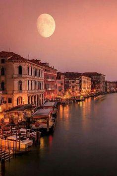 luna llena sobre Venice, Italia