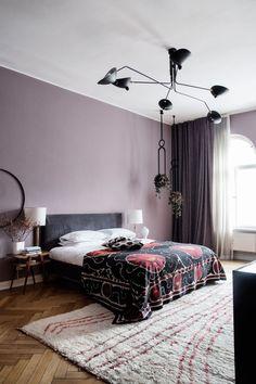 Lekkert soverom med ombygd Ikea-seng