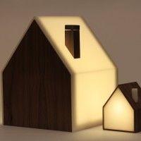 """Das Set besteht aus einer großen und einer kleinen Lampe, die jeweils ins WLAN-Netzwerk eingebunden werden. Die """"Big Lamp"""" dient als Sender, die """"Little Lamp"""" als Empfänger. Und jede Lampe repräsentiert einen Menschen (oder einen Ort). Beim Einschalten der Big Lamp geht auch das Licht der verbundenen Little Lamp an. Schaltet man die Big Lamp aus, verlöscht dementsprechend das Licht der Little Lamp. Jedes Ein- oder Ausschalten verwandelt sich so in einen Akt der Kommunikation, ein kleines…"""
