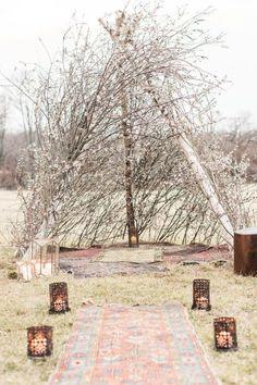 Tipi naturel avec des branches pour une cérémonie de mariage nature