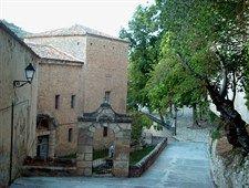 Antiguo Convento de Los Franciscanos Descalzos (s. XVI). Visita exterior (restos muros antiguo cerramiento). Próximo a la Ermita de las Angustias. En este lugar tiene origen la famosa Leyenda Conquense de La Cruz del Diablo.
