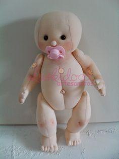 Olá Pessoal, boa tarde!  Passando pra mostrar a vocês mas bebê!  Eles São confeccionados em Malha.  Espero que curtam!  Estou amando efectua... Doll Crafts, Diy Doll, My Child Doll, Doll Patterns Free, Homemade Dolls, Sewing Dolls, Lol Dolls, Waldorf Dolls, Knitted Dolls