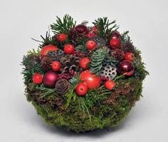 Christmas Piece Making Liesveld Christmas Arrangements, Christmas Centerpieces, Flower Arrangements, Christmas Decorations, Holiday Decor, Green Christmas, Christmas Home, Christmas Wreaths, Christmas Ornaments