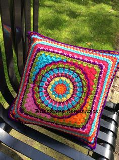 mandala side A etiquetado Crochet Pillows, Crochet Cushion Cover, Knitted Cushions, Knit Pillow, Chair Cushions, Mandala Au Crochet, Crochet Motifs, Crochet Squares, Crochet Granny