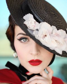 In a world where everyone is over exposed, the coolest thing you can do is maintain your MYSTERY. How I love this word: mystery! Hiding under canotier 🌹 Vintage Mode, Vintage Girls, Vintage Outfits, Retro Vintage, Vintage Hats, Look Fashion, Retro Fashion, Vintage Fashion, Idda Van Munster