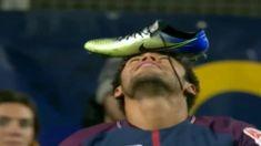 Форвард «ПСЖ» Неймар отпраздновал гол в Кубке Лиги, положив бутсу на лоб
