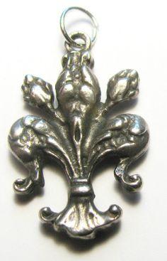 Vintage Silver FLEUR DE LYS 3/D Bracelet Charm   5.6g