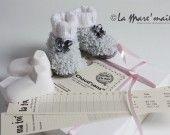 Coffret cadeau souvenir de naissance, comprenant chaussons bébé maille en laine nounous, tricotés main par la créatrice. Création originale La Mare'maille, reproduction interdite.