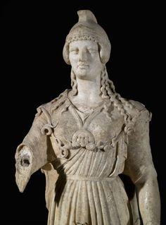 statue - Athéna de Poitiers.- 14) MINERVE DE POITIERS: Alors qu'à Rome elle partage le rôle divin de la guerre avec Mars, en Gaule elle n'a qu'un rôle guerrier limité; elle est avant tout la déesse des Arts et de l'artisanat. Minerve est honorée par les Pictons pour être la divinité protectrice de la cité de LEMONUM ( Poitiers).