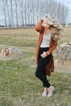 long cardigan and high waisted jeans, this is basically my dream outfit, including the hair.