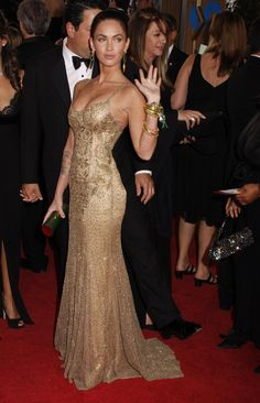 Megan Fox in gold dress by Ralph Lauren at 2009 Golden Globes. Megan Fox Sexy, Style Megan Fox, Megan Denise Fox, Megan Fox Dress, Megan Fox Hands, Sexy Dresses, Prom Dresses, Belle Silhouette, Celebs
