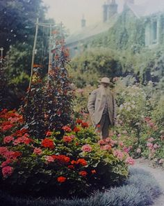 Claude Monet in His Garden at Giverny, Unknown Photographer, 1921 Monet Paintings, Picasso Paintings, Landscape Paintings, Lee Miller, Louise Brooks, Magritte, Claude Monet House, Giverny France, Strange Photos