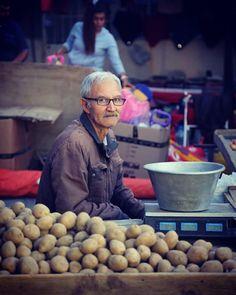 Patates satan bir amcanın bakışları bana nedense hüzün çağrıştırdı..