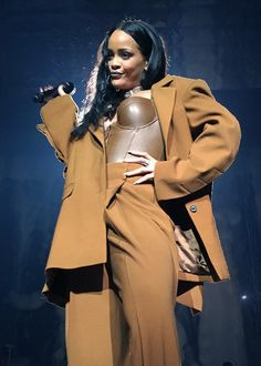 What a woman: Rihanna announced this week that she has launched a global scholarship program to help students achieve their fullest academic potential Rihanna Tour, Estilo Rihanna, Rihanna Concert, Best Of Rihanna, Rihanna Fan, Rihanna Outfits, Rihanna Style, Stage Outfits, Black And White