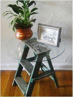 Incrível mesa lateral com uma escada cavalete e placa de carro sem uso.