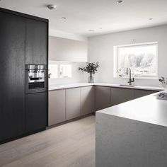 How to choose kitchen finishes which will last forever? In this article you will find the top kitchen trends for 2020 which will last Kitchen Tops, Glass Kitchen, Kitchen Cupboards, Kitchen Island, Two Tone Kitchen, Built In Ovens, Low Cabinet, Kitchen Trends, Kitchen Designs