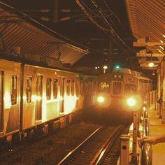 Instagram【kinoatsu0908】さんの写真をピンしています。 《#夜景 #鉄道 #鉄道のある風景 #東京 #東急池上線 #戸越銀座 #木になる駅 #7700系 #昭和レトロ #nightview #railway #tokyo #駅 レトロ木造駅舎リニューアル中の戸越銀座駅にて。 到着した電車(7700系)は、半世紀以上前に製造された7000系をリニューアルした車両。 なるべく昭和っぽく見えるように細工してみましたが、反対側に止まっている電車(新7000系)が新し過ぎるなー。》