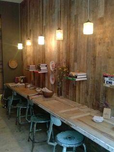 Cafetería Olive en Madrid. Pared de madera y tablero de puerta sillas en celeste desgastadas
