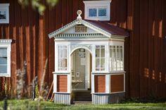 Bukowskis Real Estate: Unik Hälsingegård i världsarvsbyn Långhed Swedish House, Swedish Style, Wooden House, Vernacular Architecture, Swedish Interiors, Red Cottage, Scandinavian Home, Porch, Building A House