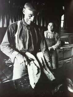 Le boulanger et sa femme - Découpe de la tourte sortant du four, Moulin de Counil, Corrèze, Jean Gabriel Marquis