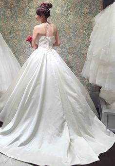 純白のウェディングドレスと赤いアネモネとのコーディネート
