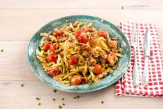 Gebratene Spätzle mit Tomaten-Sahne-Soße und frischem Schnittlauch