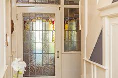 """""""Wonen in een karakteristiek gezinshuis""""  Dit royale dertiger-jaren herenhuis is uitstekend onderhouden en is gelegen aan een zeer fraai en tevens rustig deel van de Heemsteedse Dreef. Diverse authentieke elementen zoals granito-vloeren, marmeren ve..."""