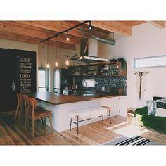624 3LDKのsoramado/ソラマドの家/コの字キッチン/無垢材/杉床/漆喰壁…などについてのインテリア実例を紹介。(この写真は 2016-06-24 21:12:50 に共有されました) Kitchen Dinning Room, Cozy Kitchen, Cafe Counter, Key Design, Home Kitchens, Interior Design, Table, House, Furniture