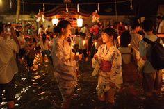 下鴨神社では、7/19(日)~26(日)まで、京都の夏の風物詩「御手洗(みたらし)祭」が開催。境内にある御手洗池に足をつけてろうそくを供え、無病息災を祈ります。 http://www.okeihan.net/navi/event/detail.php?eventno=608… (京阪電車・出町柳駅下車)